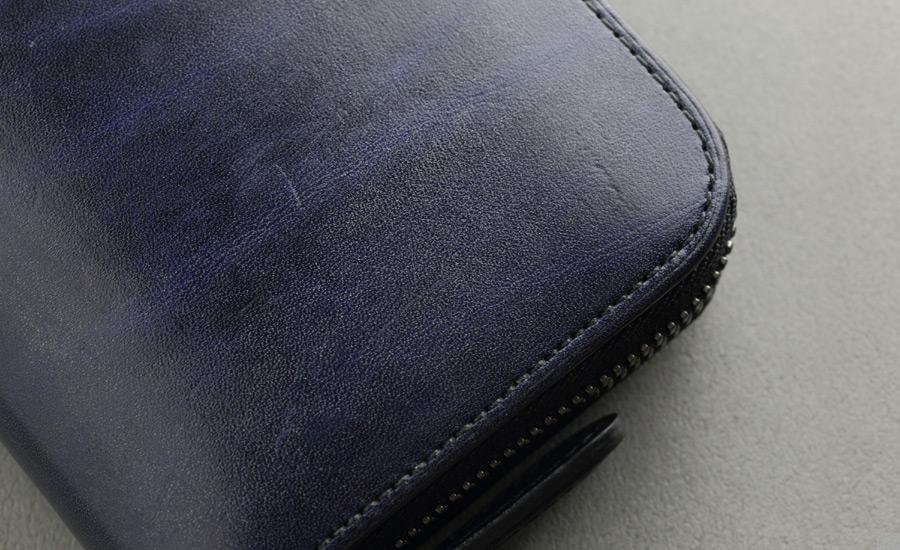 mark_ラウンド長財布02_ネイビーのオイルがうっすらと白く残っている箇所