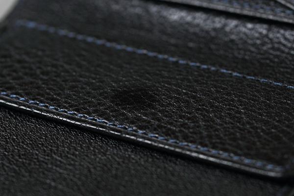 arrow_二つ折り財布01_ブラック小銭入れの蓋の部分に丸く光沢が出てきたところ